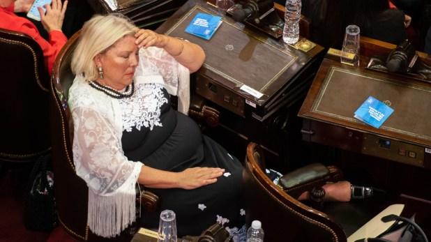 """Lilita Carrió se tomó una siesta, pero antes pidió que la despertaran en octubre cuando Cambiemos haya ganado las elecciones """"Ella está convencida por la cantidad de obras que se van a inaugurar y los pesos pesados que van a caer. Tanto, que Macri terminará compitiendo con Del Caño""""."""