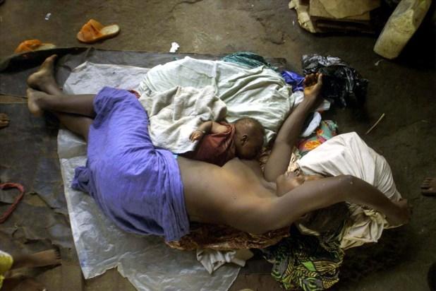 Fatmata Conteh, de Sierra Leona, yace junto a su bebé de seis semanas en un campo de refugiados cerca a Freetown, en mayo de 2000, tras huir de un ataque de fuerzas rebeldes