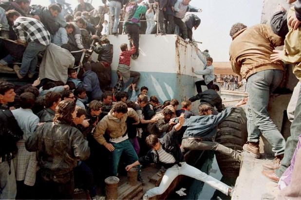 Albanos intentan mantenerse en una nave de Grecia que evacuaba a diplomáticos de Irán y China