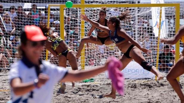 El equipo femenino de beach handball de CABA, dirigido por Leticia Brunati, se impuso 2-0 en la final ante Río Negro