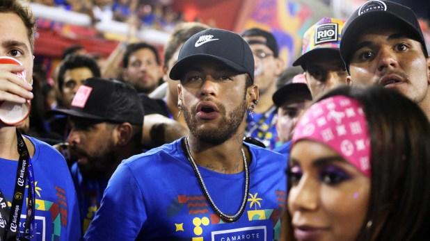 Neymar estuvo con su amigo el surfistaGabriel Medina y la cantante Anitta en el Carnava de Río (REUTERS)