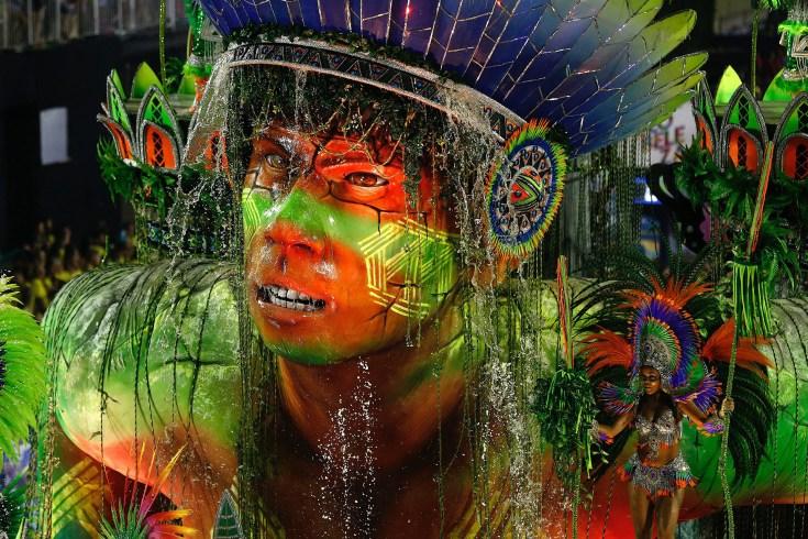 Los desfiles de las escuelas de samba del denominado Grupo Especial, son el resultado del trabajo que un ejército de personas realiza durante todo el año para lograr el mejor resultado (EFE/Marcelo Chello)