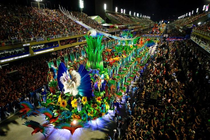 Integrantes de la escuela de samba del Grupo Especial Portela (EFE/Marcelo Chello)