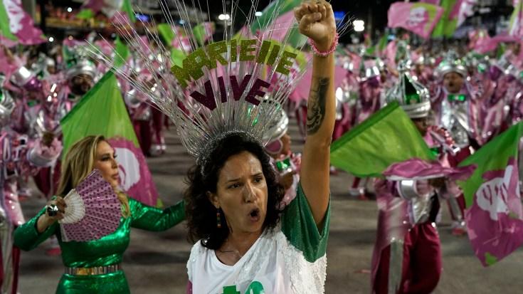 "Monica Benicio, viuda de Marielle Franco, con una corona que dice ""Marielle vive"" (AP Photo/Leo Correa)"