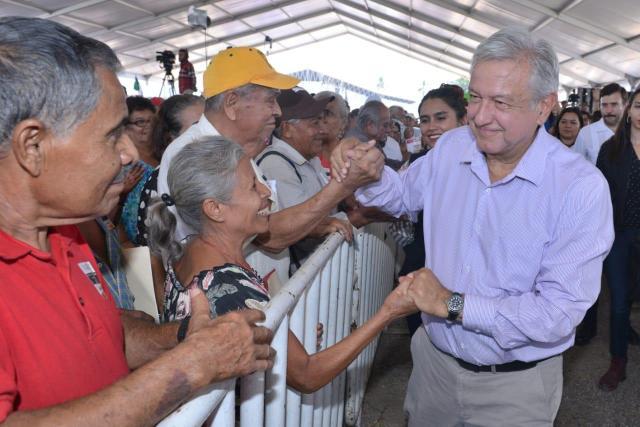 Al igual que en campaña, AMLO mantiene su estrategia de acercarse a la gente (Foto: Cortesía Presidencia)