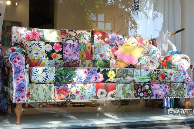 Uno de los sillones que exhibe en su local de Palermo. El estilo patchwork es uno de los que más la identifica. Sin embargo, también diseña estampados más clásicos.