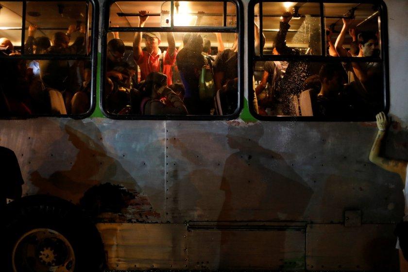 Pasajeros hacinados en un autobús durante el apagón (REUTERS/Manaure Quintero)