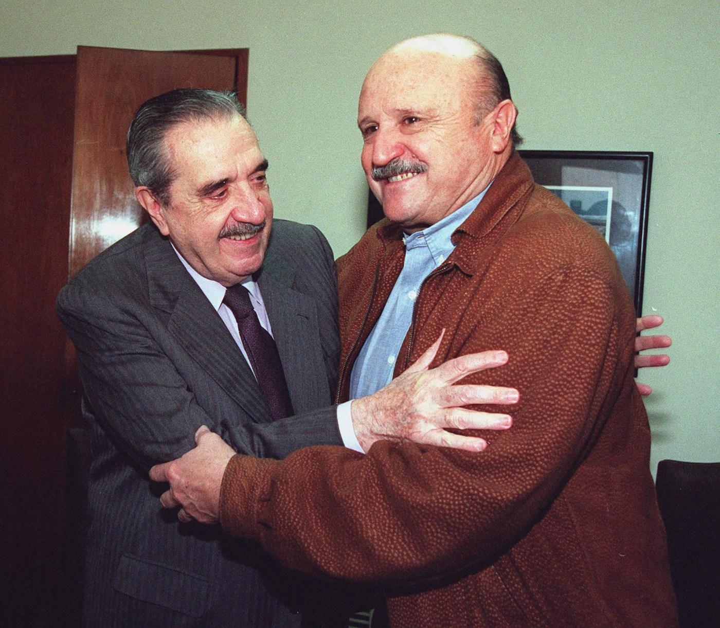 Alfonsín saluda al presidente de Coninagro, Mario Raitieri