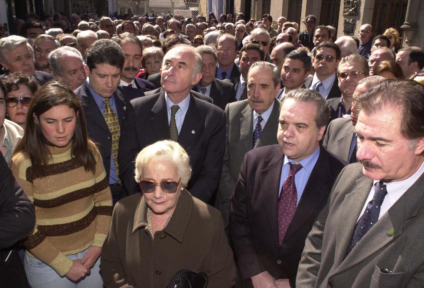 Alfonsín, junto al entonces presidente, Fernando de la Rúa, el diputado Rafael Pascual y el ex ministro Federico Storani, durante un homenaje realizado al cumplirse 20 años del fallecimiento de Ricardo Balbín