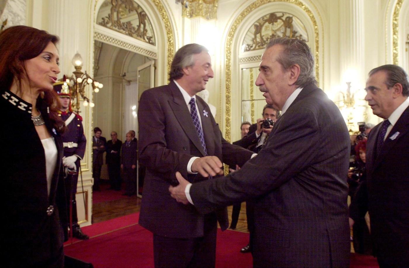 El ex mandatario saluda al entonces presidente Néstor Kirchner y su esposa Cristina Fernandez en la Casa de Gobierno