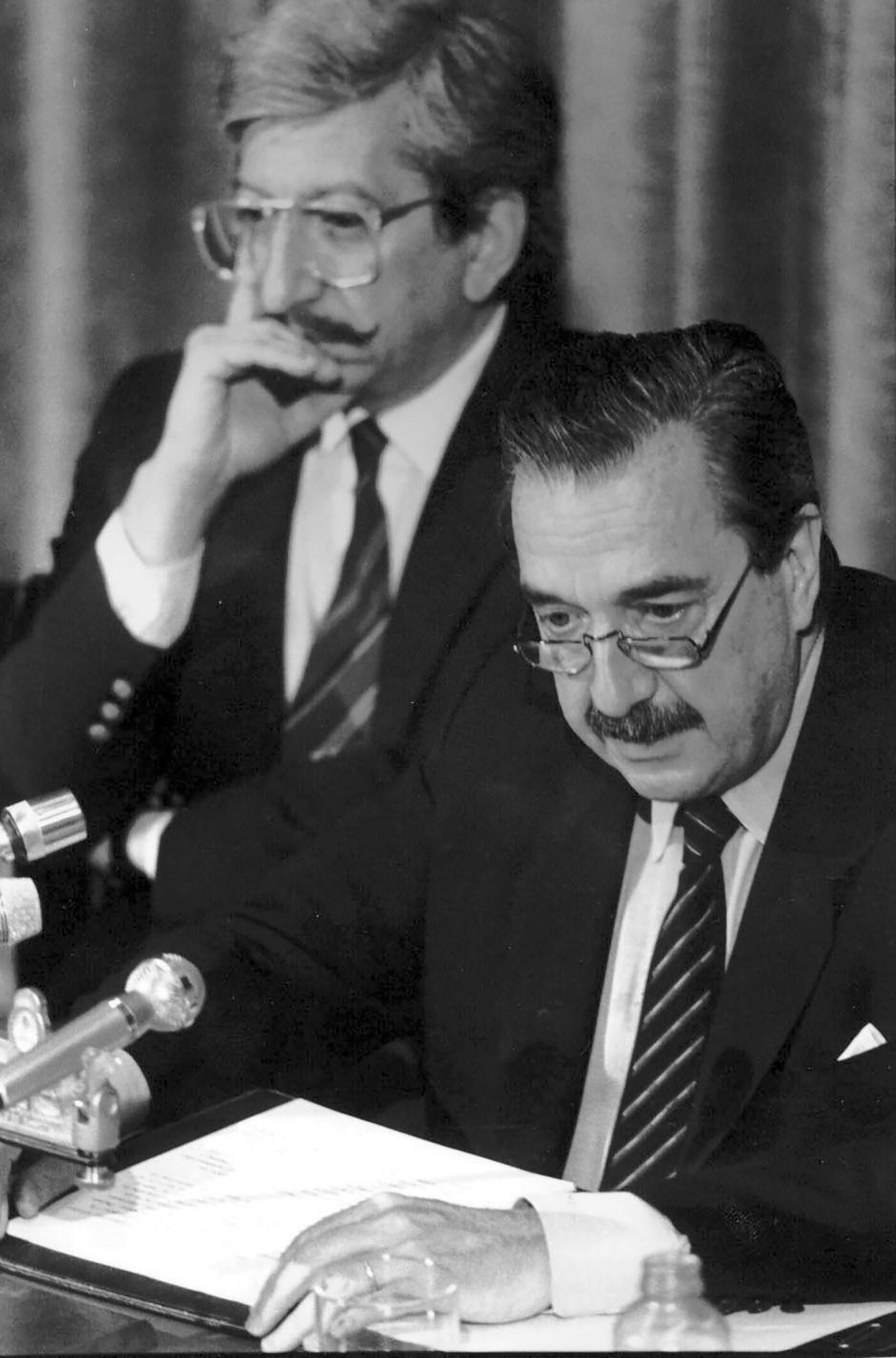 El ex presidente junto a su canciller, Dante Caputo, durante la resolución del conflicto del Beagle