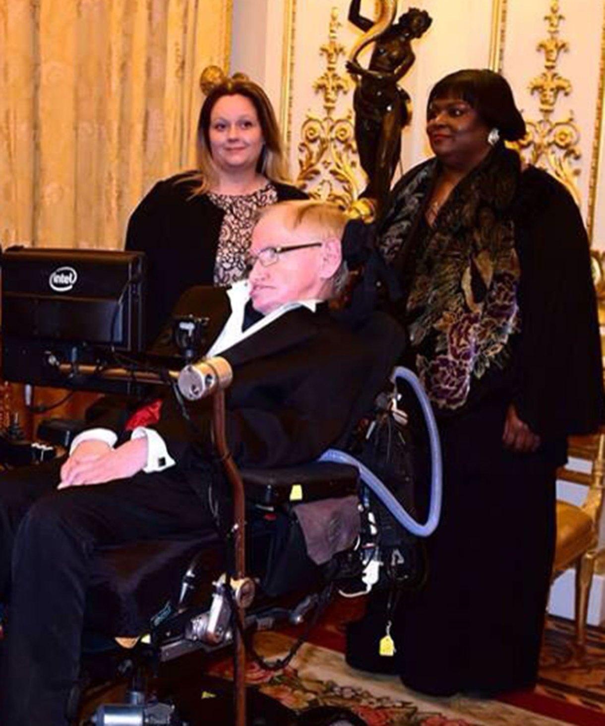 Dowdy asisitió a Hawking entre 2001 y 2016.