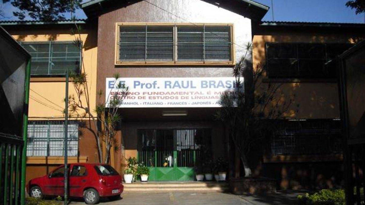 El frente de la escuela Raúl Brasil, que tiene unos 1000 alumnos y unos 100 empleados