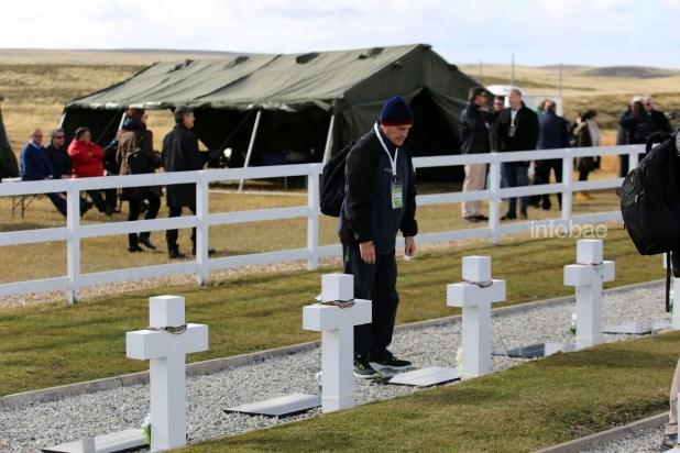 Un familiar de Jorge Alberto Maciel se rinde ante la tumba de quien formara parte del Grupo de Ametralladoras 12,7 en Monte Longdon