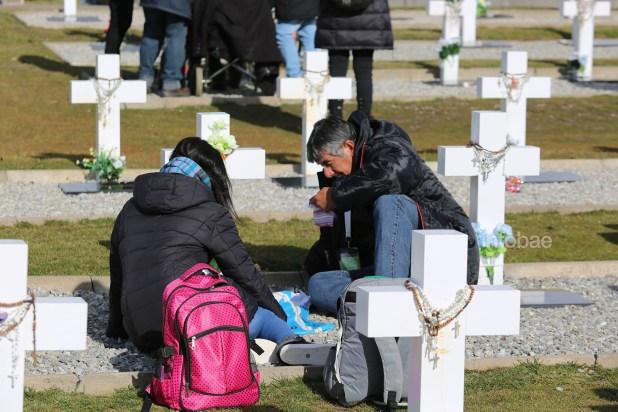 En total,65 familiares pudieron reencontrarse con los soldados identificados en este nuevo viaje a las islas organizado por Eduardo Eurnekian y Aeropuertos Argentina 2000