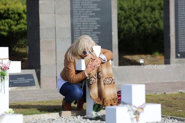 María Alejandra, la hermana de Néstor Miguel González permaneció durante más de una hora abrazada a la cruz del soldado. Como cada vez que viaja a las Islas, llevó el poncho que identificó siempre a su hermano