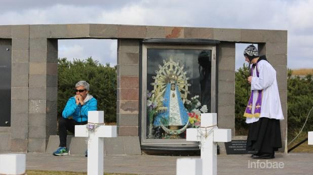 Julio Aro, emocionado frente a lascruces de sus compañeros caídos en combate, y el padre Ambrosio, de las Islas Malvinas