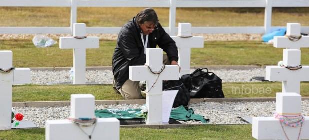 """Junto a la cruz de Ramón Angel Cabrera fue pegada una carta escrita por el propio soldado el 15 de mayo de 1982. """"Cuéntenme cómo anda el pueblo (San Agustín, Córdoba), si el intendente ha hecho algo nuevo, también cuéntenme si alguien se acuerda de mí"""", bromeaba en el texto"""