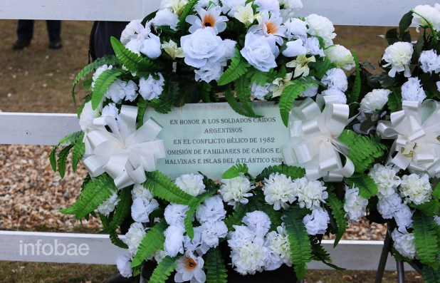 Una de las dos ofrendas florales que obsequió la Comisión de Familiares de Caídos en Malvinas