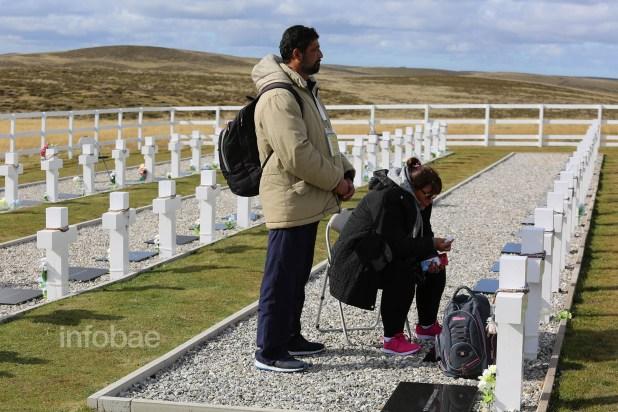 Los hermanos de Ramón Cirilo Blanco lloran frente a la tumba del soldado caído. El correntino acudió a la guerra de Malvinas con poca instrucción militar