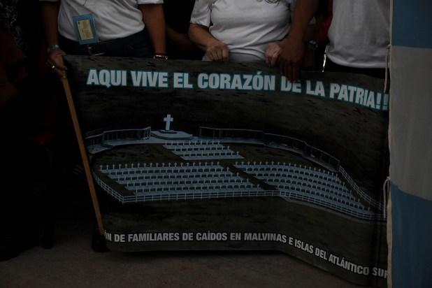 """Los familiares y ex combatientes que permanecieron en terreno continental esperaron a los """"viajeros"""" con diferentes carteles y mensajes emotivos"""