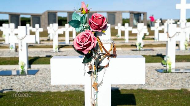 Los familiares dejaron en las cruces flores de tela. No ofrecieron flores reales, ya que no podían ingresar productos orgánicos a las Islas Malvinas