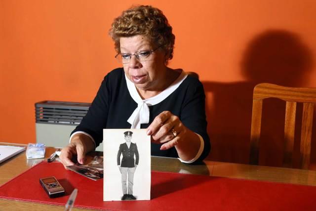 Ramona con una foto de su hermano, el soldado Mario Gómez, antes de su partida a Malvinas. Foto: Giovanni Sacchetto/DEF.