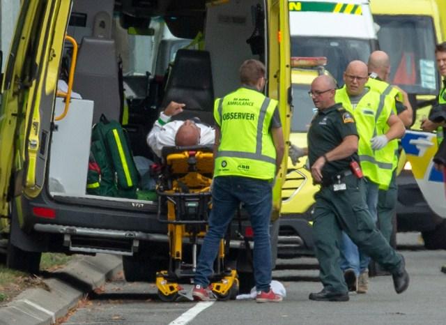 Un herido es cargado en un ambulancia tras el ataque (Reuters/ SNPA/ Martin Hunter)