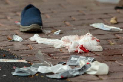 Vendajes con sangre cerca del lugar del tiroteo (REUTERS/SNPA/Martin Hunter)
