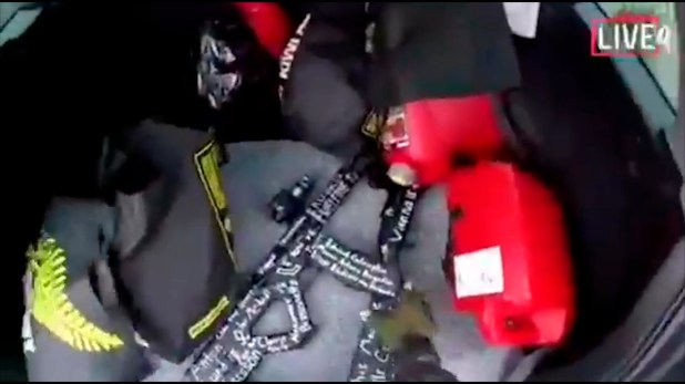 Un arma en el vehículo del atacante, en una captura de pantalla del video que éste grabó (AP Foto)