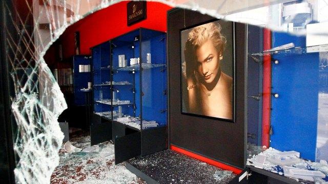 Las más de 50 tiendas del centro comercial Ferre Mall fueron saqueadas (Reuters)