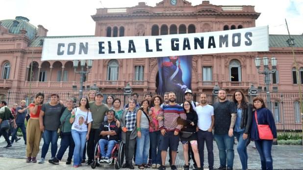 La foto de Juan Grabois frente a la Casa Rosada. A su lado, las referentes feministas Cecilia Merchán y Ofelia Fernández