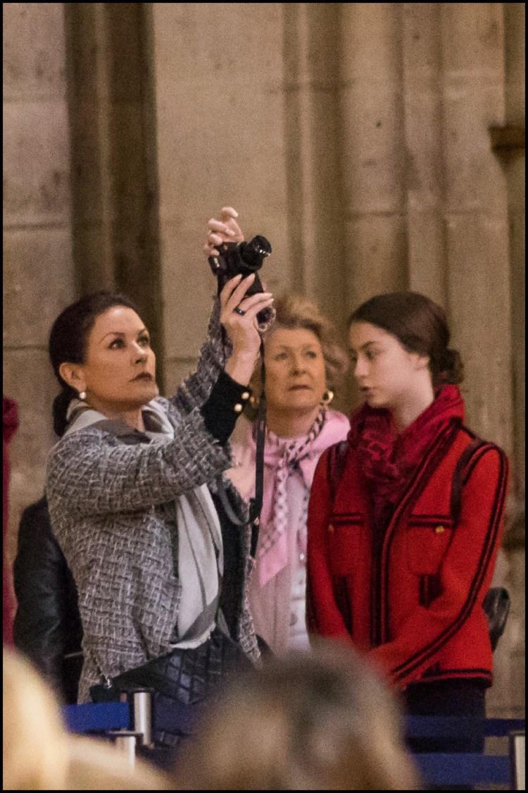 Catherine Zeta-Jones con su madre, Patricia Fair, y su hija Carys enNotre Dame.