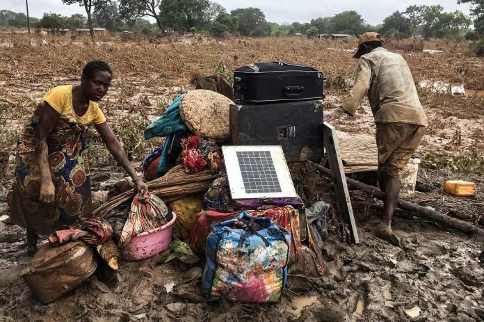 Varias personas amontonan sus pertenencias en un área inundada tras el ciclón Idai en Matarara (Mozambique), este miércoles. (EFE/ Andre Catueira)