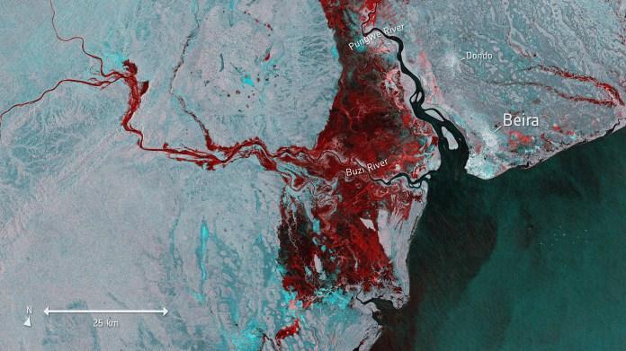 La imagen satelital de Copernicus Sentinel-1 publicada por la Agencia Espacial Europea (ESA) el 20 de marzo de 2019 muestra el alcance de las inundaciones, representadas en rojo, alrededor de la ciudad portuaria de Beira. (AFP)