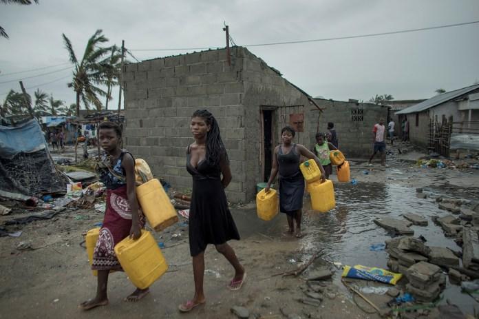 La gente regresa al vecindario de Praia Nova Village luego del ciclón Idai en Beira, Mozambique, el 17 de marzo (Reuters)