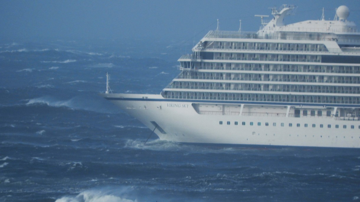 El crucero en medio de la tormenta. (Frank Einar Vatne/NTB Scanpix/via REUTERS)