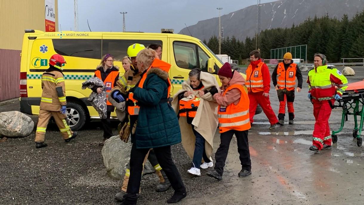 Un grupo de personas rescatadas del crucero. (Odd Roar Lange/NTB Scanpix/via REUTERS)