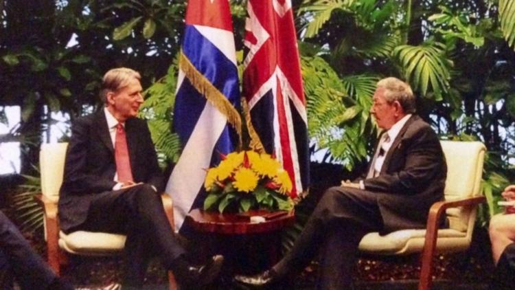 El entonces canciller británico Philip Hammond y el ex presidente de Cuba, Raúl Castro, en 2016