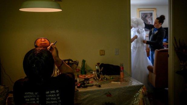 Jess Enriquez Taylor, una mujer transgénero, se maquilla en casa de su madre, en Calexico (The New York Times)