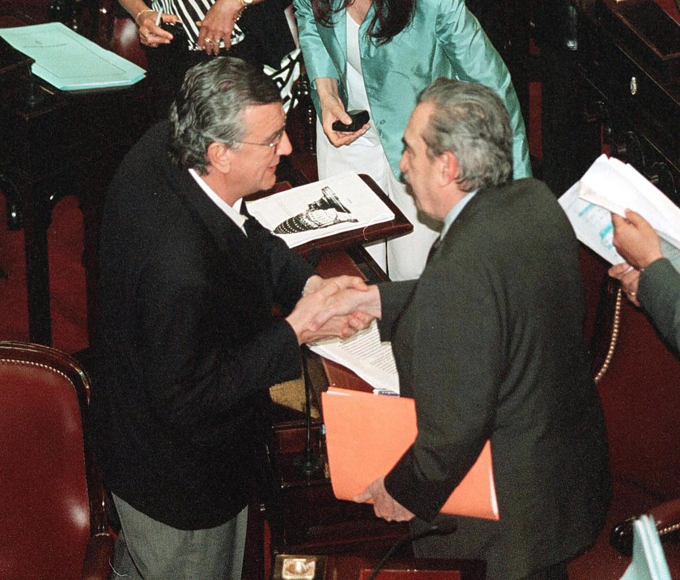 Junto al senador del PJ Jose Luis Gioja, al finalizar el tratamiento de la Ley de emergencia económica y darle sanción favorable en la Cámara Alta.