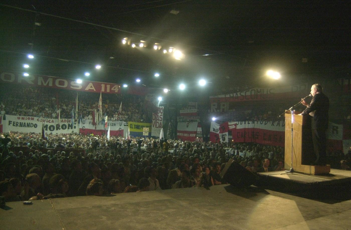 Raúl Alfonsín habla durante el acto de conmemoración de los 20 años de la restauración de la democracia