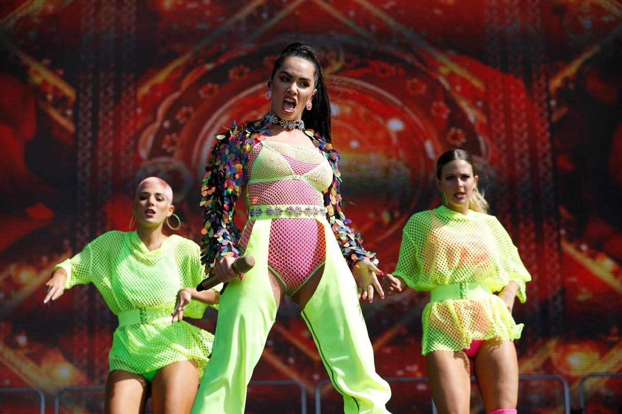 La cantante se robó todas las miradas al lucir un vestuario súper colorido y muy provocativo (Chule Valerga)