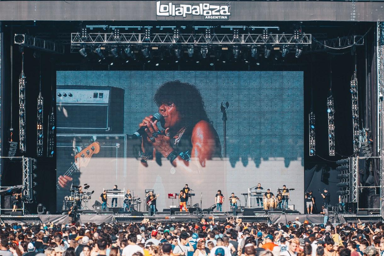 Los fans bailan al ritmo de La Mona (Lollapalooza)