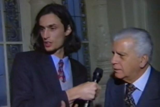 """Daniel Tognetti cuando era notero en """"CQC"""", entrevistando al recordado Antonio Cafiero"""