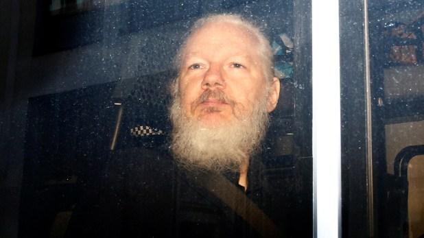Assange tras ser arrestado en la embajada de Ecuador (REUTERS/Henry Nicholls)