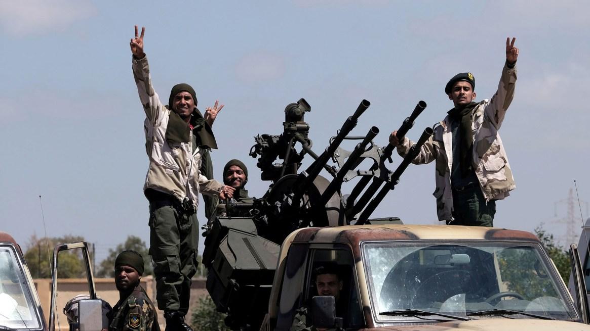Miembros del Ejército Nacional Libio (LNA), comandado por Haftar, salen de Bengasi rumbo a Trípoli para tomar la ciudad (Reuters)