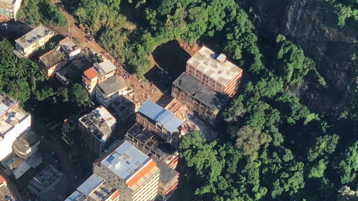 Vista aérea del lugar del derrumbe (@OperacoesRio)
