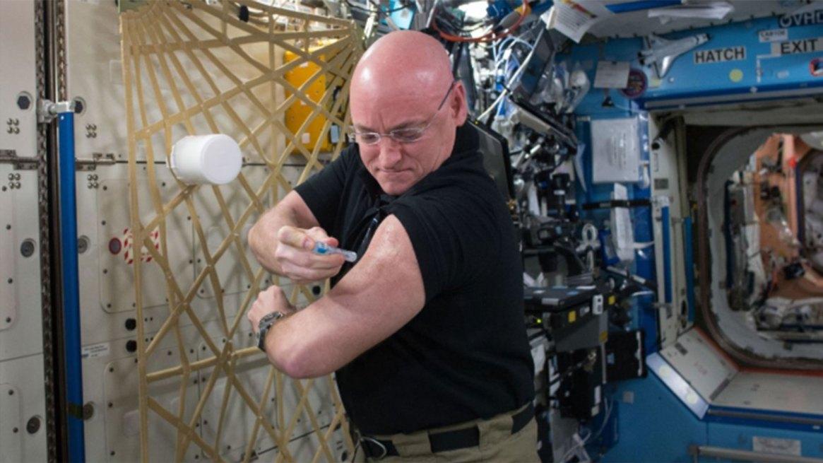 Scott Kelly se pone una vacuna contra la gripe a bordo de la Estación Espacial Internacional para un estudio continuo sobre el sistema inmunológico humano en septiembre de 2015.