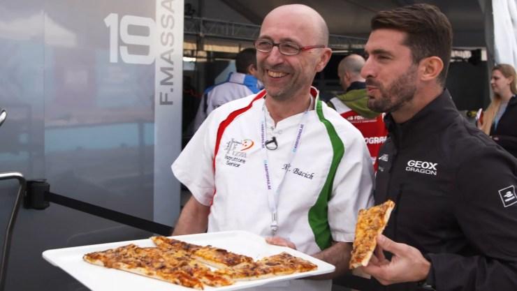 Después de los malabares, López y Bacich comieron la pizza que antes habían usado (Foto: Fórmula E)